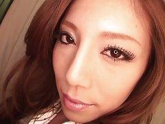 Το πανέμορφο brunette Ασίας διασχίζεται από ένα σκληρό κρουνός στην κρεβατοκάμαρα