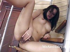 Leona έρχεται κάτω από τις σκάλες να πάρει γυμνό και να παίξει