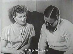Τριχωτό αγόρι που διαπερνούν το νέο φίλο του (εκλεκτής ποιότητας του 1950)