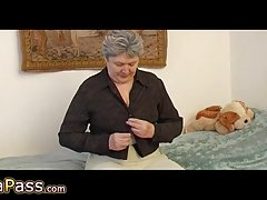 Omapass γιαγιά αυνανισμό τριχωτό μουνί με το παιχνίδι και granpa